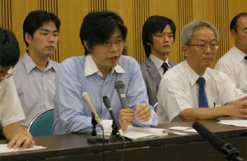 弁護団による提訴後の記者会見