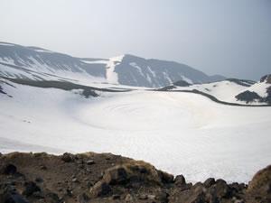 雪に埋まった鳥海湖