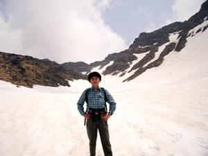 千蛇谷の雪渓を歩く
