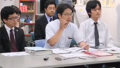 判決後の記者会見 右が谷文彰弁護士