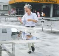 卓球を楽しむ奥村弁護士