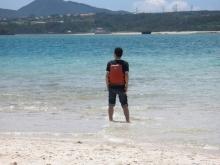 寺本弁護士と沖縄の青い海