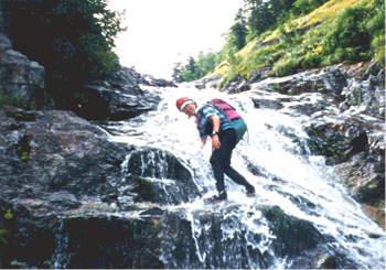 シャワークライミングで滝を越える奥村弁護士