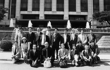 韓国憲法裁判所の表玄関前にて