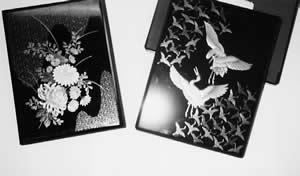 ヤミ金から送られてきた「お祝い」電報(右)と「おくやみ」電報(左)きれいな蒔絵の箱に入っている。