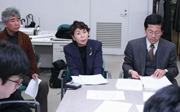 勝利和解後、京都地裁にて記者レクを行う畠山氏、村井弁護士、支援者野村さん