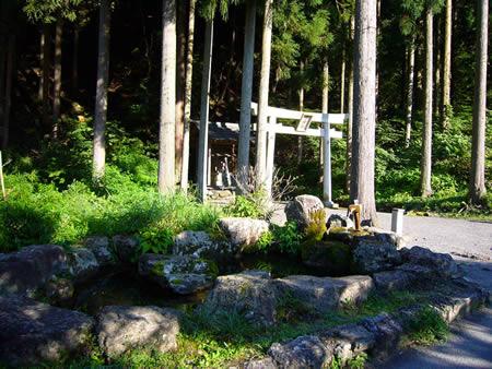 坊村登山口にある水神社と湧き水