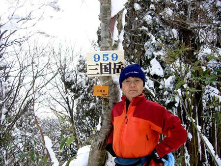 雪の三国岳山頂にて