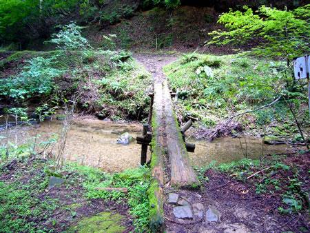 上谷に架かる橋(右は野田畑湿原を経て上谷に向かう道)