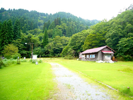 緑の芝生に覆われた長治谷作業所