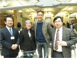 調査団員と英国労働党議員。[左から馬屋原(弁)、私、ベンブラッドショウ議員、小堀立命館大学教授]撮影は渡辺輝人調査団員。