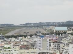 嘉数展望台からオスプレイが駐機している普天間基地と住宅地を一望する