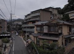 周辺の家並みを大きく逸脱する船岡山マンション